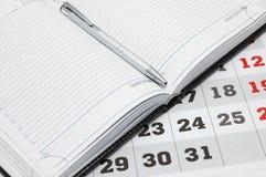 Calendario e diario con la penna. Fotografie Stock
