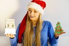 Calendario ed albero della tenuta della donna di Natale Immagini Stock Libere da Diritti