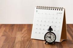 Calendario ed orologio sulla tavola di legno immagine stock