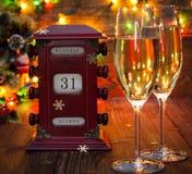 Calendario, el 31 de diciembre, vidrios con champán Imagen de archivo