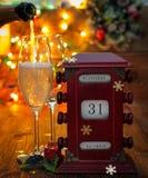 Calendario, el 31 de diciembre, vidrios con champán Imágenes de archivo libres de regalías