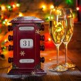 Calendario, el 31 de diciembre, vidrios con champán Fotos de archivo libres de regalías