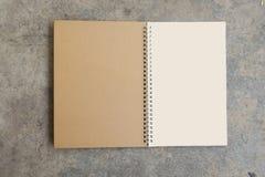 Calendario en blanco en un fondo concreto Imagen de archivo libre de regalías