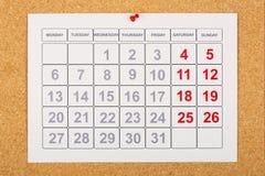 Calendario en corkboard Imagen de archivo