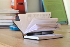 Calendario en el escritorio de un estudiante Imagen de archivo