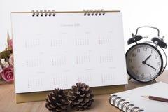 Calendario 2018 en oficina del escritorio la gestión de la organización recuerda Imagen de archivo