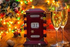 Calendario, il 31 dicembre, vetri con champagne Fotografie Stock Libere da Diritti