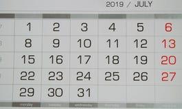 Calendario julio de 2019 con los días laborables y los fines de semana, opinión superior del primer foto de archivo