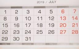Calendario julio de 2019 con los días laborables y los fines de semana, opinión superior del primer fotos de archivo