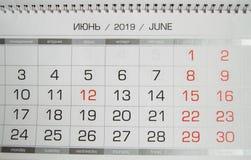 Calendario junio de 2019 con los días laborables y los fines de semana, texto ruso, opinión superior del primer foto de archivo libre de regalías