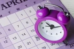 Calendario magenta colorido de la alarma del reloj del vintage Imagen de archivo