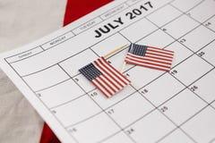 Calendario marcado con las banderas americanas como recordatorio Fotos de archivo