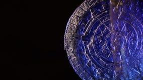 Calendario maya en fondo negro metrajes