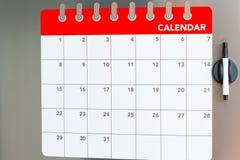 Calendario mensual en el refrigerador Imagenes de archivo