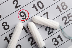 Calendario mestruale con i tamponi ed i cuscinetti Ciclo di mestruazione Igiene e protezione Immagini Stock Libere da Diritti
