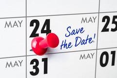 Calendario murale con un perno rosso - 24 maggio Fotografia Stock