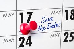 Calendario murale con un perno rosso - 17 maggio Fotografia Stock
