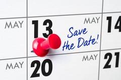 Calendario murale con un perno rosso - 13 maggio Immagine Stock