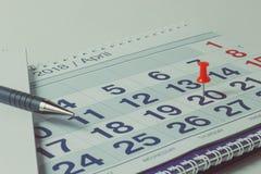 Calendario murale e penna, concetto di affari e tempo fotografia stock libera da diritti