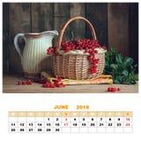Calendario para junio de 2018 con vida inmóvil Pasa roja en una cesta Fotos de archivo
