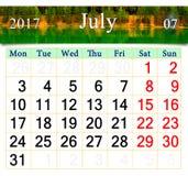 Calendario per il luglio 2017 con l'immagine del lago della foresta Fotografia Stock