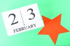Calendario perpetuo de madera blanco con la fecha del 23 de febrero encendido Foto de archivo