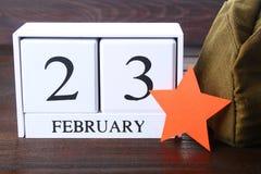 Calendario perpetuo de madera blanco con la fecha del 23 de febrero encendido Fotos de archivo