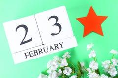 Calendario perpetuo de madera blanco con la fecha del 23 de febrero encendido Imágenes de archivo libres de regalías