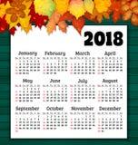 Calendario por 2018 años con las hojas de otoño coloridas en de madera Imagen de archivo libre de regalías