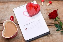 Calendario que muestra la fecha el 14 de febrero Rosa del rojo, corazones y Foto de archivo