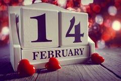 Calendario showing14 febbraio di giorno di biglietti di S. Valentino immagine stock libera da diritti