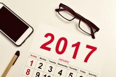calendario 2017 su una scrivania Immagini Stock Libere da Diritti