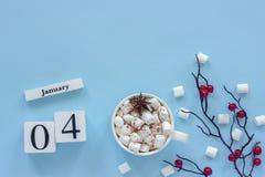 Calendario tazza del 4 gennaio di cacao, delle caramelle gommosa e molle e delle bacche del ramo immagine stock
