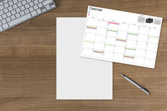 Calendario y hoja en blanco en la tabla de madera Imagenes de archivo
