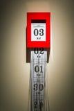 Calendario y la trituradora de papel - mida el tiempo de pasar concepto fotografía de archivo