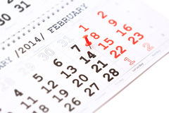 Calendario y pasador rojo el 14 de febrero. El día de tarjeta del día de San Valentín Fotografía de archivo