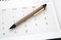 Calendario y pluma Fotos de archivo