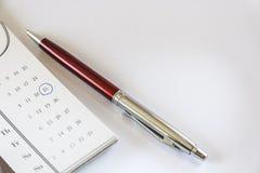 Calendario y pluma Imagen de archivo libre de regalías
