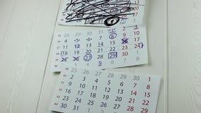 Calendarios en una pared almacen de metraje de vídeo