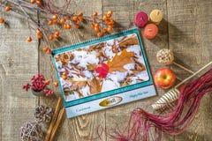 calendrier 2018 avec l'image des feuilles dans la neige se trouvant sur le woode rustique Image libre de droits