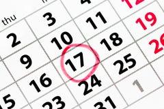Calendrier avec la date cerclée en rouge Photographie stock libre de droits