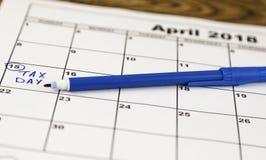 Calendrier avec une boîte rouge autour de jour d'impôts, le 15 avril Photographie stock libre de droits