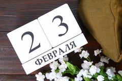 Calendrier blanc avec le texte russe : 23 février Les vacances sont le jour du défenseur de la patrie Photographie stock