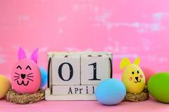 Calendrier de bloc en bois pour le jour de Pâques, le 1er avril Coloré d'Easte Photos libres de droits