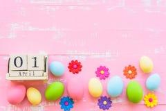 Calendrier de bloc en bois pour le jour de Pâques, le 1er avril Oeufs de pâques de rangée W Images libres de droits