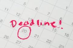 Calendrier de bureau avec le cercle rouge la date importante avec la date-butoir d'écriture, le but ou la date limite du plan de  photos libres de droits