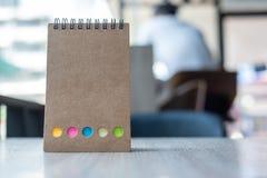 Calendrier de papier blanc ou calibre vide de carnet sur la table en bois copiez l'espace pour votre texte photographie stock