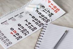 calendrier de règles avec des tampons de coton image libre de droits