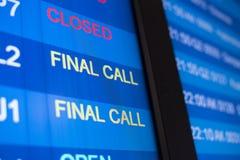 Calendrier de vol d'aéroport à bord foyer sélectif sur le mot d'APPEL FINAL Image stock