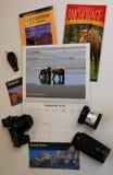 Calendrier de voyage avec des brochures de Yellowstone et de l'Alaska Photos stock